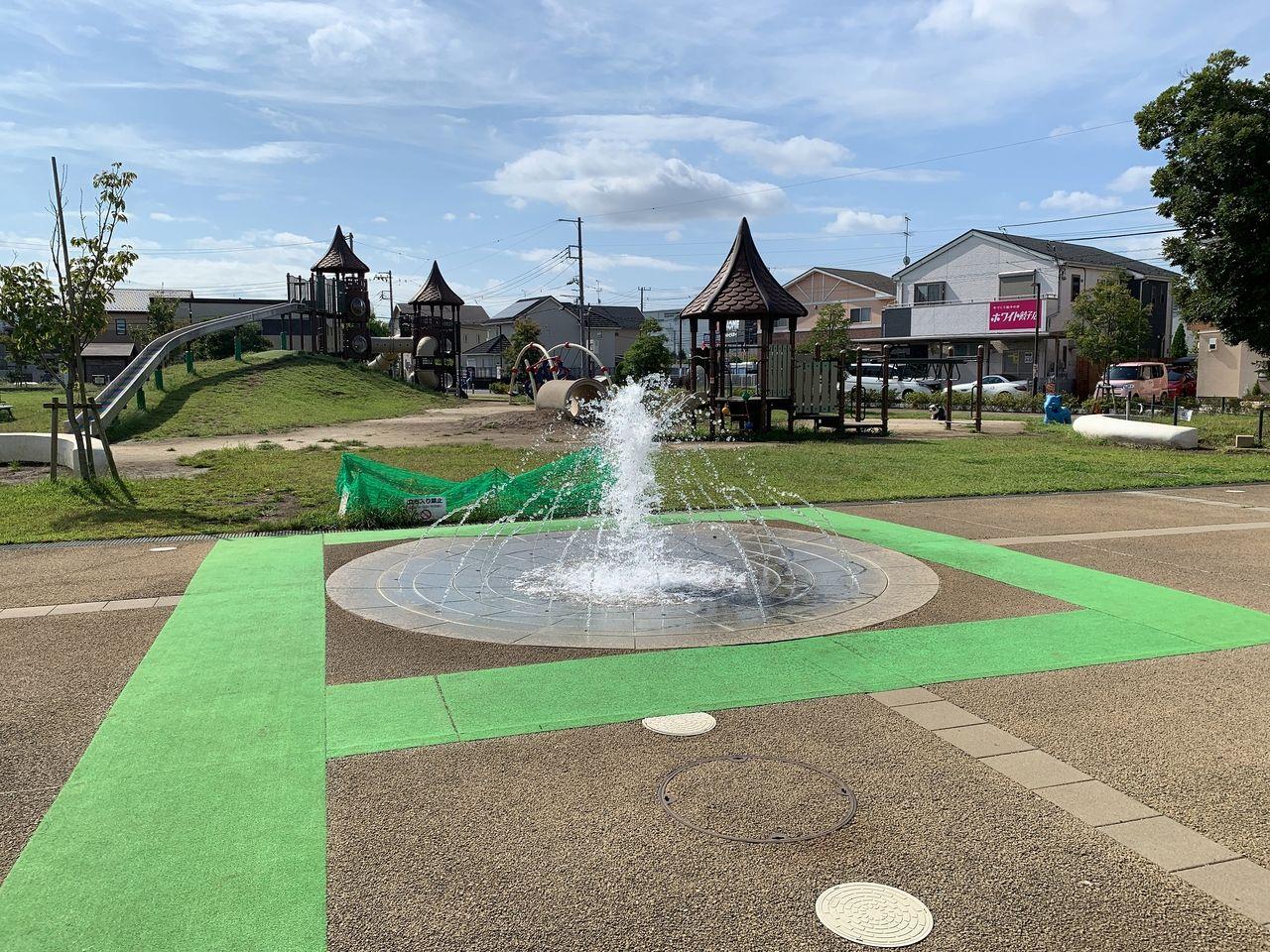 夏の暑い日はじゃぶじゃぶ池でたくさんの子供たちが遊んでいます!